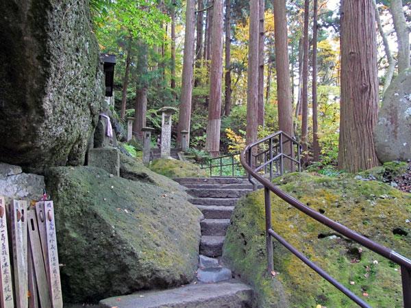 階段を登って行く