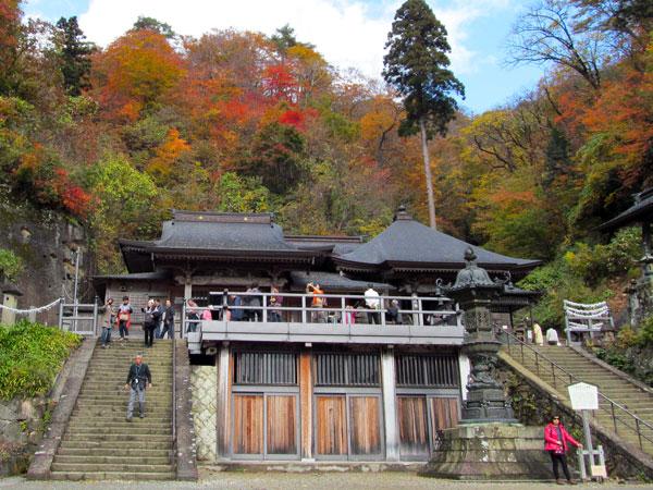 左が大仏殿、右が奥の院