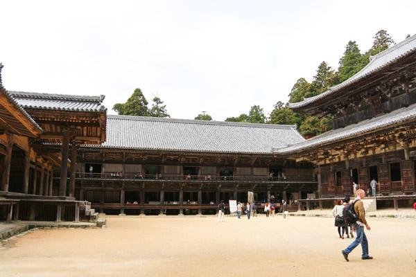 右から大講堂、食堂、常行堂