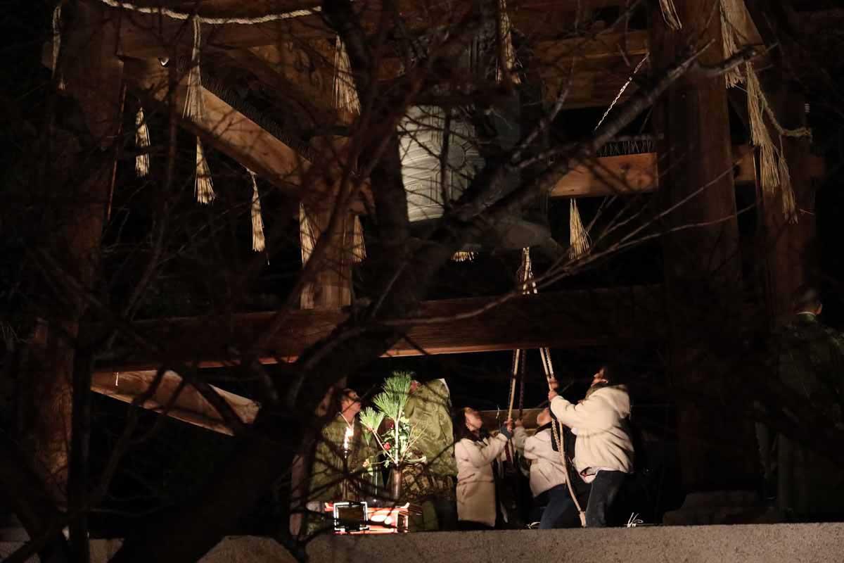 除夜の鐘と柴燈護摩の様子
